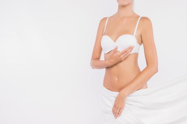 Młoda kobieta z zakrytymi biodrami