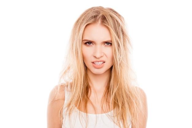 Młoda kobieta z zniszczonymi włosami na białym tle