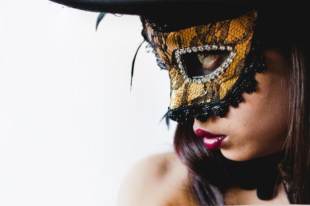 Młoda kobieta z żółtym weneckie maski