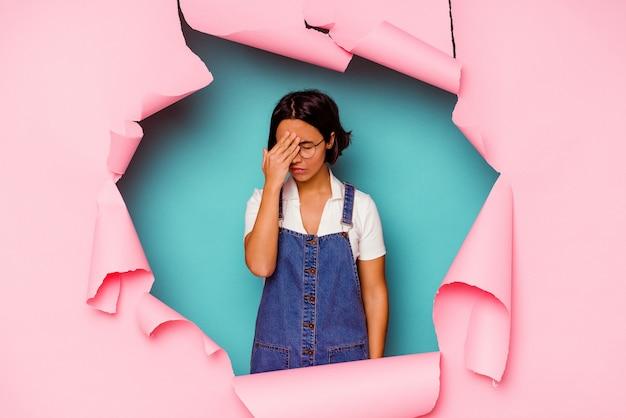 Młoda kobieta za myśleniem złamaną ścianę