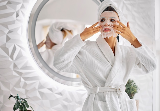 Młoda kobieta za pomocą maski piękna