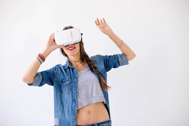 Młoda kobieta za pomocą okularów vr
