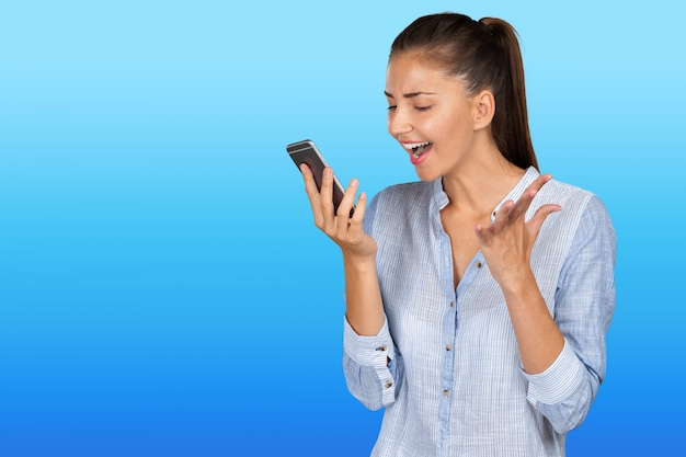 Młoda kobieta za pomocą telefonu komórkowego
