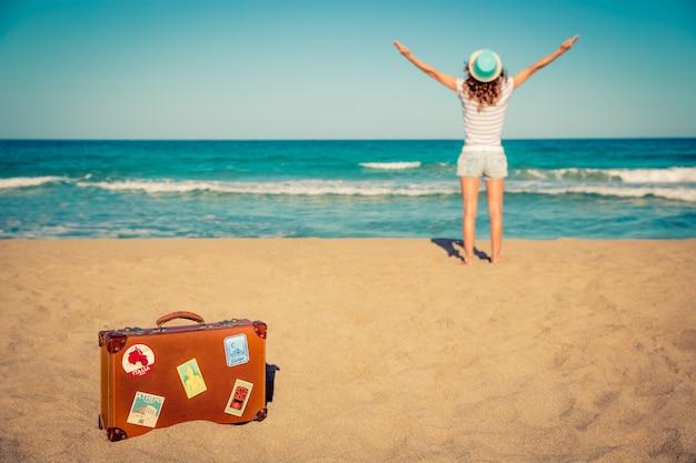 Młoda kobieta zabawy na plaży koncepcja wakacji i podróży travel