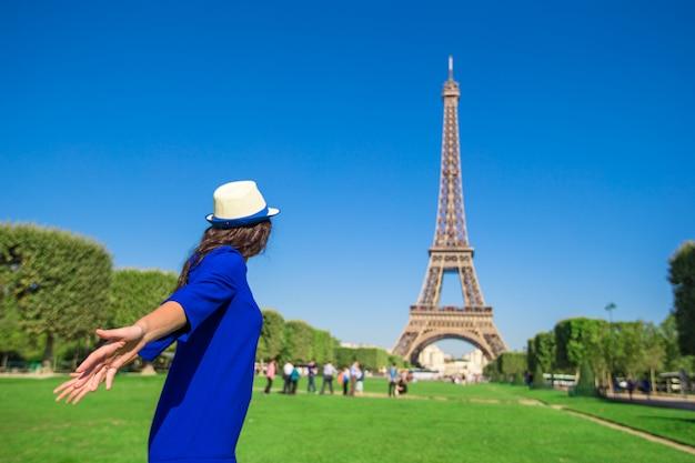 Młoda kobieta zabawy wieża eiffla w paryżu
