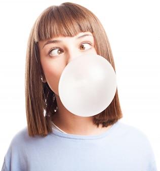 Młoda kobieta zabawy z gumy do żucia
