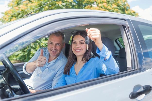 Młoda kobieta zachwycona, że właśnie zdała egzamin na prawo jazdy