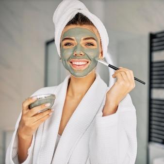 Młoda kobieta zakrywająca twarz naturalną maską