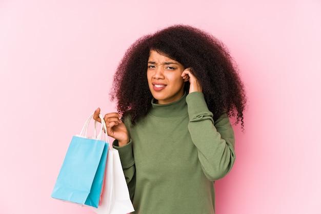 Młoda kobieta zakupy afro młoda kobieta zakupy afro