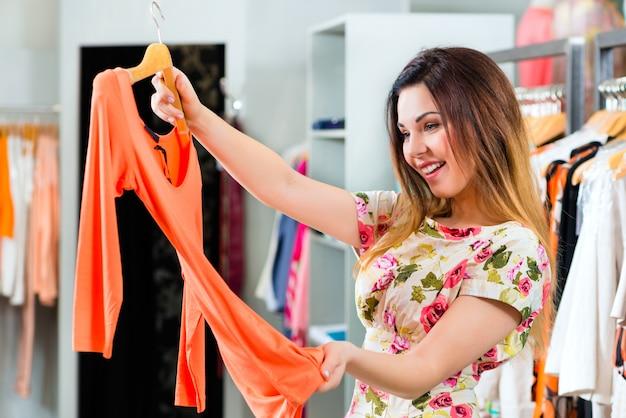 Młoda kobieta zakupy w sklepie mody