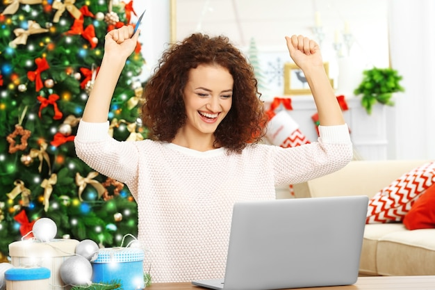 Młoda kobieta zamawiająca prezenty świąteczne online