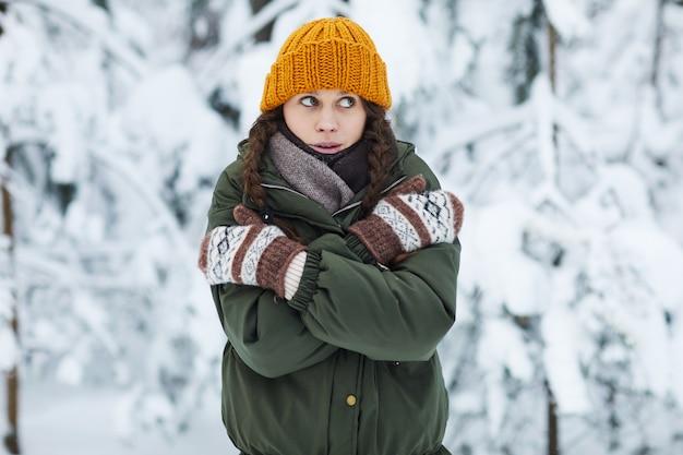 Młoda kobieta zamrażanie w zimie