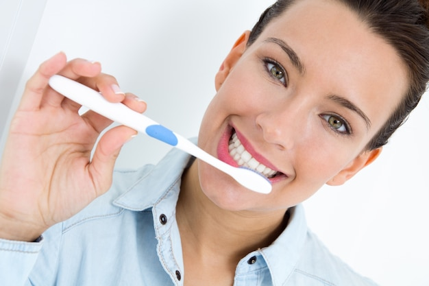 Młoda kobieta zbieranie zębów