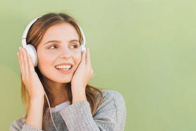 Młoda kobieta ze słuchawek na głowie słuchanie muzyki