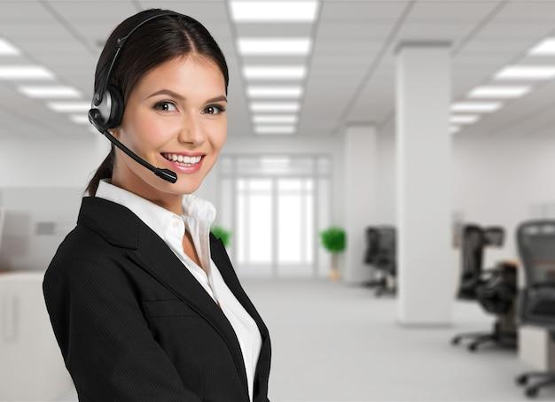 Młoda kobieta ze słuchawkami, call center lub koncepcją wsparcia