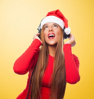 Młoda kobieta ze słuchawkami śpiewu