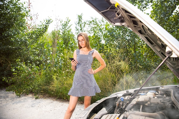 Młoda kobieta zepsuła samochód w drodze na odpoczynek.