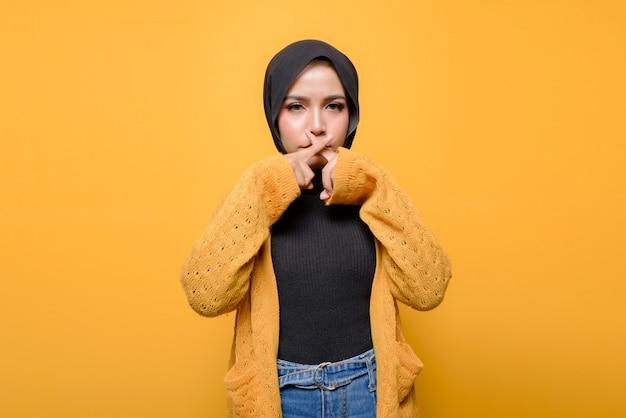 Młoda kobieta zrobiła cichy znak ręcznie