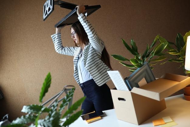 Młoda kobieta zwolniona z pracy