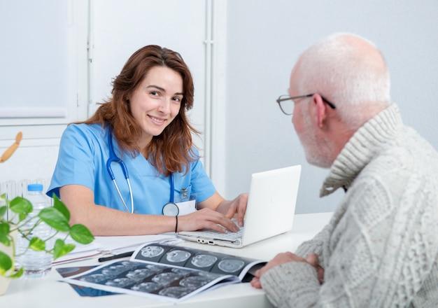 Młoda kobiety lekarka w biurze z jej pacjentem