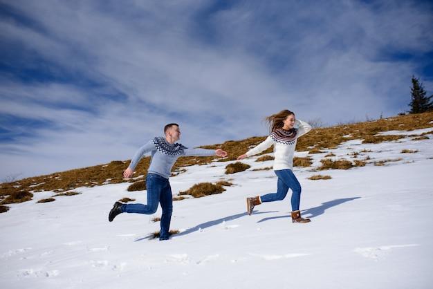 Młoda kochająca para na randce na szczycie ośnieżonej góry