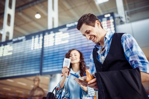 Młoda kochająca para ściska w lotniskowym terminal.