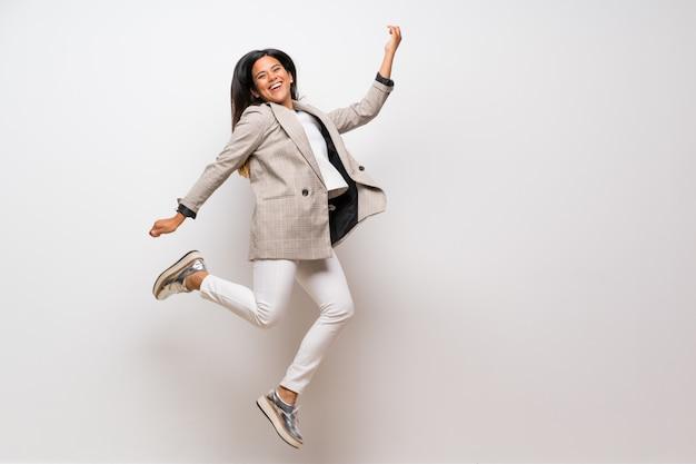 Młoda kolumbijska dziewczyna skacze