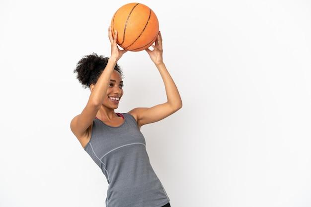 Młoda koszykarz łacińska kobieta na białym tle grająca w koszykówkę