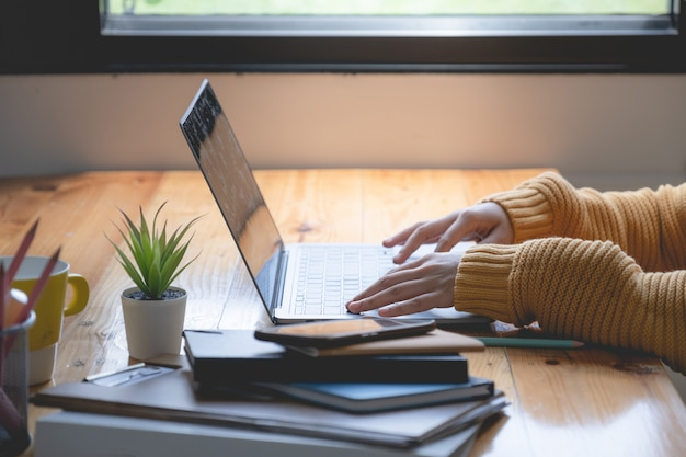 Młoda kreatywnie azjatykcia bizneswoman wideo rozmowa laptopem. burza mózgów grupa osób pracujących koncepcja.