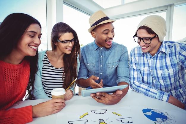Młoda kreatywnie drużyna ma spotkania