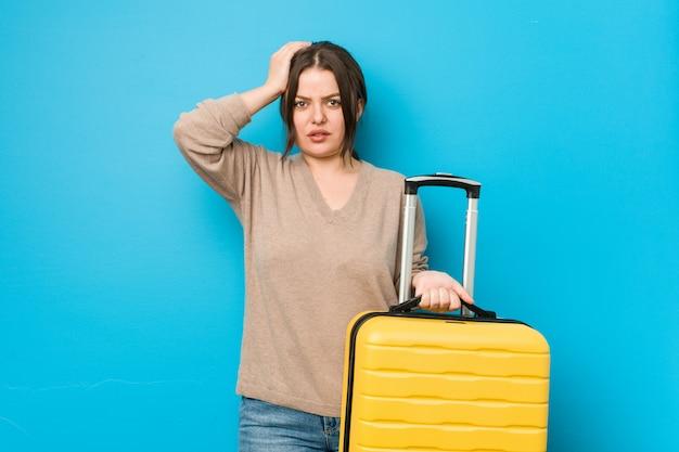 Młoda, kręcona kobieta z szokującą walizką, przypomniała sobie ważne spotkanie.