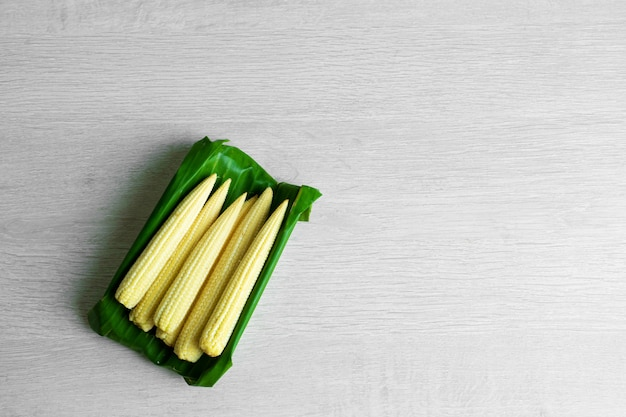 Młoda kukurydza w liściu bananowca. ekologiczne opakowanie