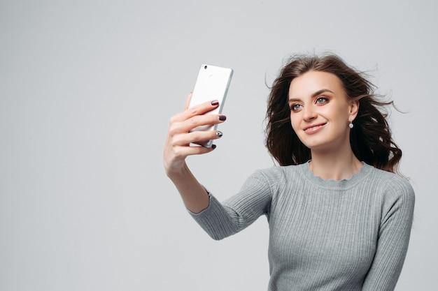 Młoda kusząca dziewczyna robi zdjęcia