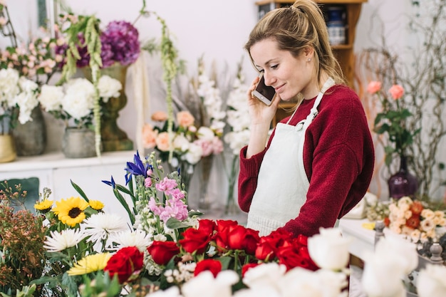 Młoda kwiaciarnia ma smartphone rozmowę