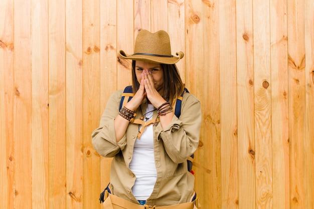 Młoda łacińska badacz kobiety drewniana ściana
