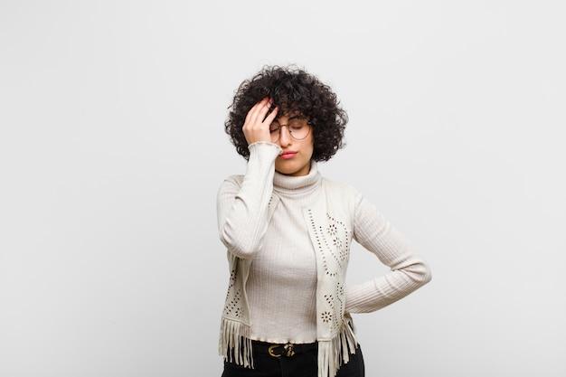 Młoda ładna afro kobieta bije czoło