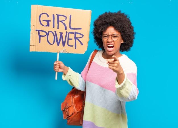 Młoda ładna afro kobieta dziewczyna koncepcja zasilania