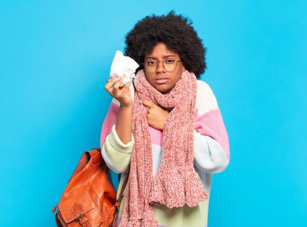 Młoda ładna afro kobieta koncepcja grypy lub choroby