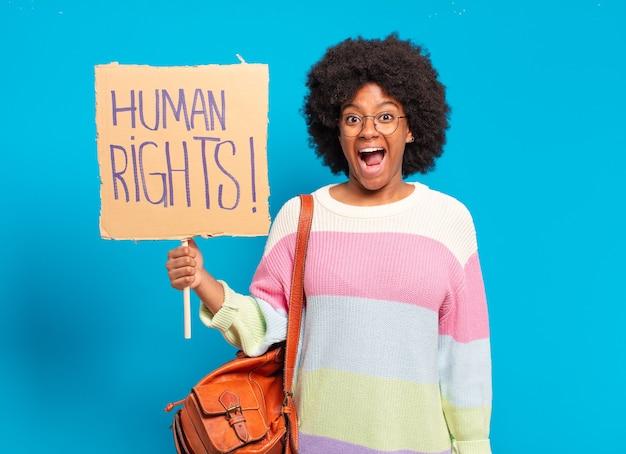 Młoda ładna afro kobieta protestująca z transparentem praw człowieka