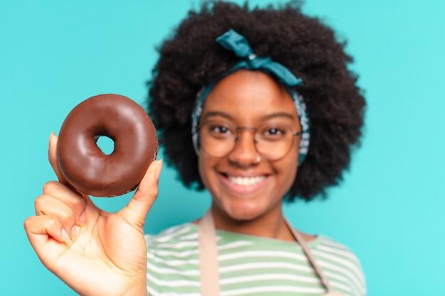 Młoda ładna afro kobieta z pączkiem