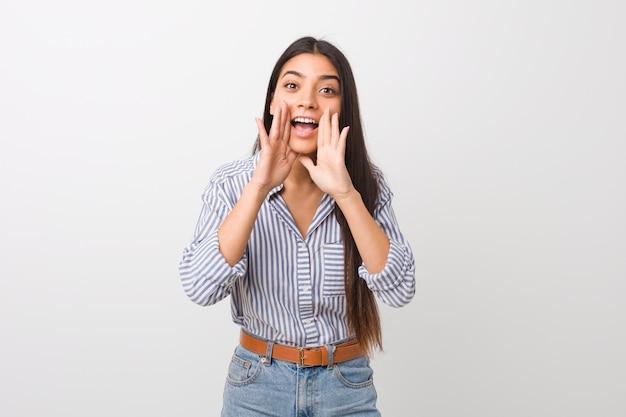Młoda ładna arabska kobieta krzyczy podekscytowana z przodu.