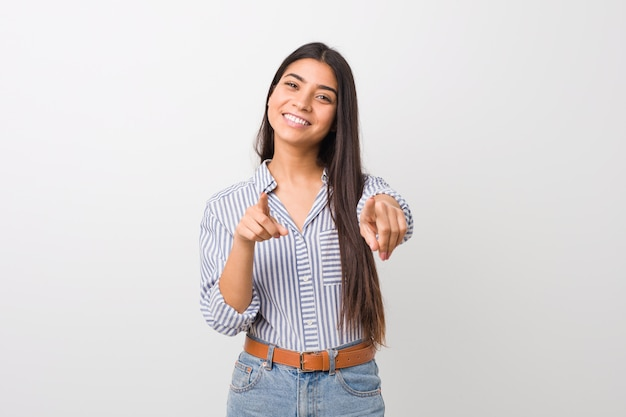 Młoda ładna arabska kobieta wesoła uśmiecha się do przodu.