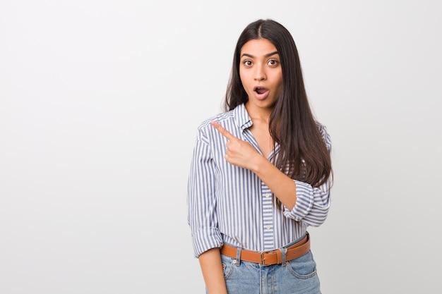 Młoda ładna arabska kobieta wskazuje strona