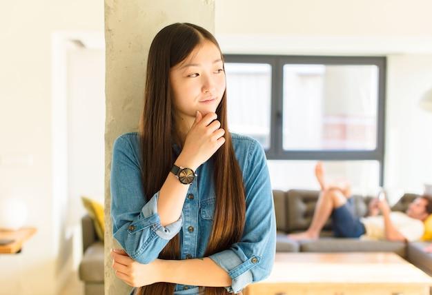 Młoda ładna azjatycka kobieta czuje się zamyślona