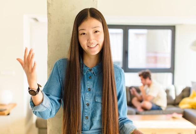 Młoda ładna azjatykcia kobieta szuka szczęśliwa