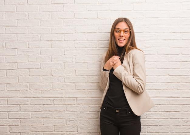 Młoda ładna biznesowa kobieta przedsiębiorca robi romantyczny gest
