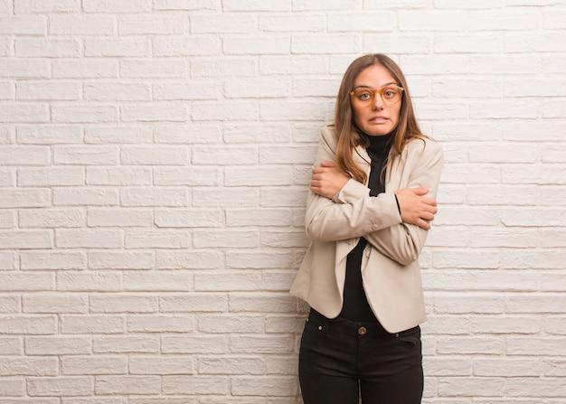Młoda ładna biznesowa przedsiębiorca kobieta iść zimno z powodu niskiej temperatury