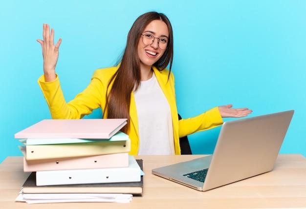Młoda ładna bizneswoman wygląda na szczęśliwą, arogancką, dumną i zadowoloną z siebie, czując się jak numer jeden