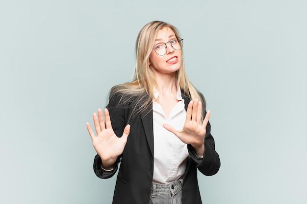 Młoda ładna bizneswoman wyglądająca na zdenerwowaną, niespokojną i zaniepokojoną, mówiącą, że to nie moja wina, bo tego nie zrobiłam