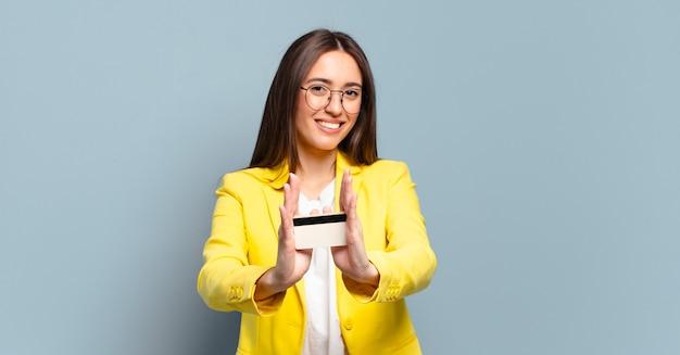 Młoda ładna bizneswoman z kartą kredytową